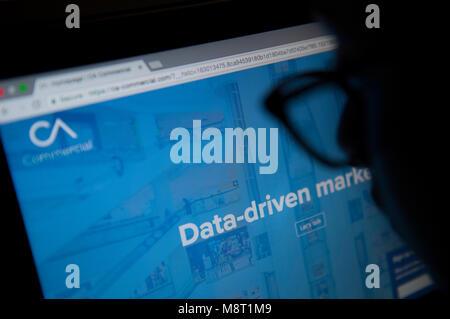 Une personne regarde le site web de l'Analytica Cambridge Banque D'Images