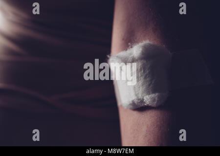 La laine de coton sur la femelle après le prélèvement de sang la collecte de l'échantillon, les soins de santé et Banque D'Images