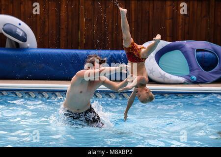 Deux garçons jouant dans la piscine un jour d'été