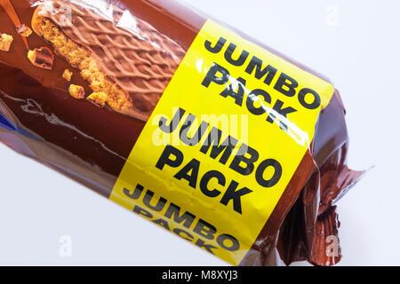 Pack Jumbo - détails sur sachet de McVities chocolat au lait biscuits digestifs mis sur fond blanc Banque D'Images