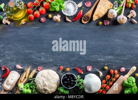 Pizza Ingrédients sur le tableau noir dans une cuisine italienne - Matières premières Banque D'Images