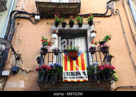 Drapeaux Catalan placé sur un balcon le jour de la Journée nationale de la Catalogne