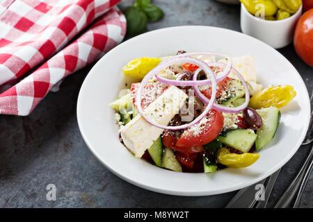 Salade grecque avec feta et légumes frais Banque D'Images