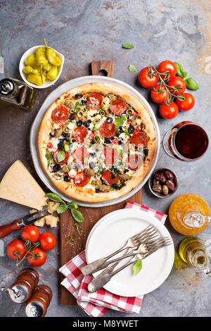 Pizza au pepperoni, aux olives Banque D'Images