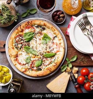 Pizza Margherita au basilic Banque D'Images