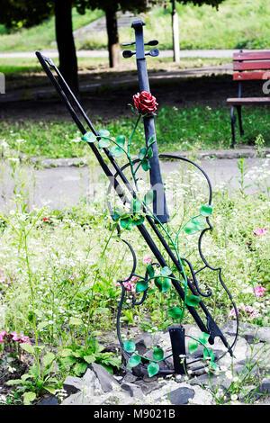 Décoration de jardin metal violon mêlé de rose rouge dans ...