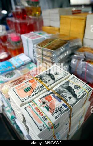Une boutique qui vend des offres pour les temples bouddhistes. L'enfer les billets de banque et d'autres formes de joss papier. Ho Chi Minh Ville. Le Vietnam. Banque D'Images