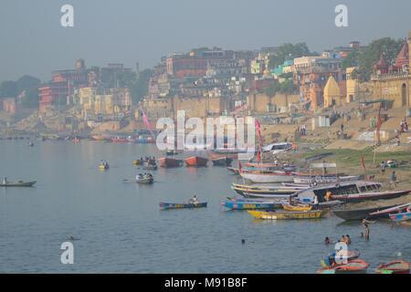 Paysage de Ganges River Bank à Varanasi, en Inde. Varanasi est l'une des plus ancienne ville de l'Inde & attraction touristique Banque D'Images