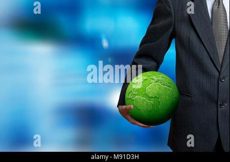 Homme tenant une terre verte - concept de responsabilité sociale des entreprises Banque D'Images