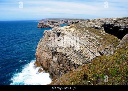 Afficher le long de la côte sauvage avec vue sur l'océan, Cap St Vincent, Algarve, Portugal, Europe. Banque D'Images