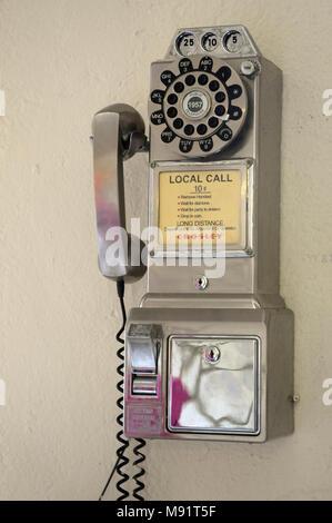 Vieilles pièces de téléphone accroché au mur Banque D'Images