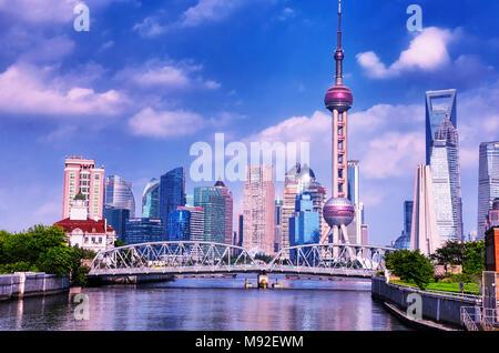 Le 15 juillet 2015. Shanghai, Chine. Le Waibaidu (jardin) pont sur la rivière (Rivière Suzhou Qianlvchen) avec les bâtiments modernes de Lujiazui dans le backg Banque D'Images