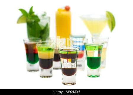 Boire de l'alcool Shot sur Cocktails floue - Isolé