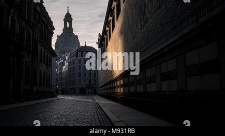 Eglise / l'église Notre-Dame (Frauenkirche) tôt le matin, au vu de la Procession des Princes (Fürstenzug) - Dresde, Allemagne