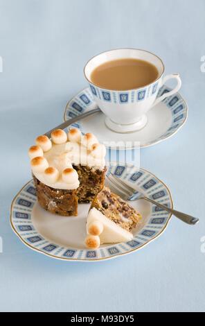 Homebaked Simnel cake miniature et d'une tasse de thé. Banque D'Images
