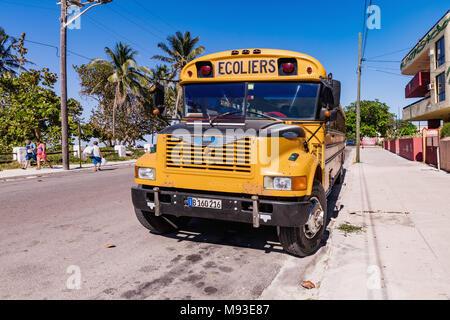 VARADERO, CUBA - Mars 04, 2018: American school bus à Varadero. Old american school bus dans la rue. Cuba. Banque D'Images