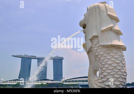 L'icône nationale de Singapour mi-lion, mi-statue fontaine & poissons Banque D'Images