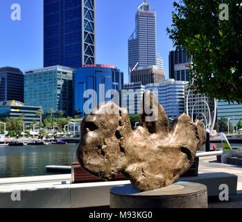 Réplique de la plus grosse pépite d'or trouvés en WA, l'aigle doré,Elizabeth Quay Perth Western Australia Banque D'Images