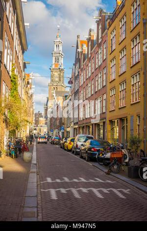 AMSTERDAM, Pays-Bas, mars 2018, 10:Vue extérieure de personnes non identifiées, marcher dans les rues de la ville à l'heure d'été Banque D'Images