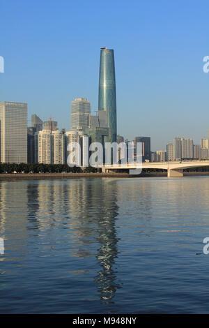 Photographie de la Guangzhou International Finance Center sur la rivière des Perles de Guangzhou Chine Banque D'Images