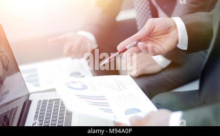 Les mains de l'équipe Entreprises à travailler avec les rapports financiers