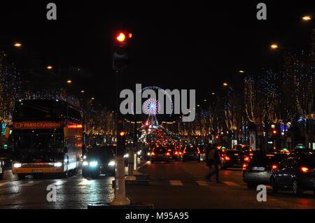 Champs-Élysées lorsqu'il est foncé, Paris, France Banque D'Images