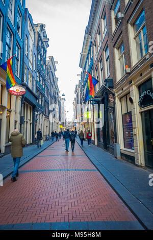 AMSTERDAM, Pays-Bas, 10 mars, 2018: vue extérieure de personnes non identifiées, marcher dans les rues de la ville à l'heure d'été Banque D'Images