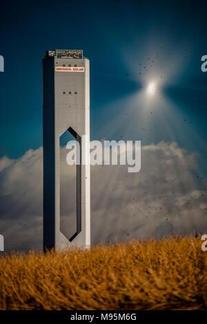 Un moment de rêve comme une tour solaire-thermique en mode test concentre ses miroirs dans le ciel, causant une belle convergence des rayons de lumière, Sevilla, Espagne. Banque D'Images