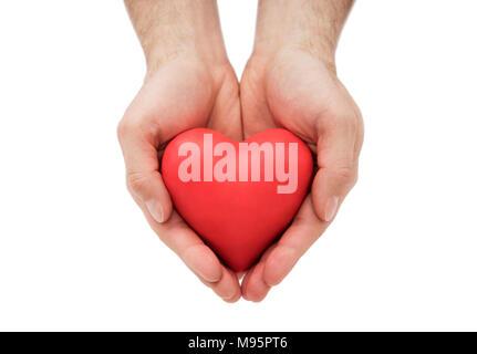 Coeur rouge entre les mains de l'homme. L'assurance-santé ou d'amour concept Banque D'Images
