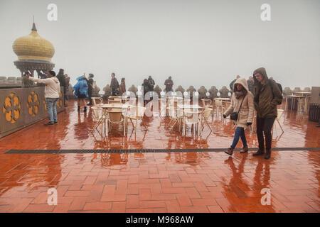 4 mars 2018: Sintra, Portugal - Touristes visite touristique à la pluie, au début du printemps, à la palais de Pena. Banque D'Images