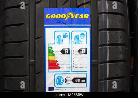 Tout nouveau pneu Goodyear avec étiquette avec l'information sur la sécurité, l'économie de carburant et le bruit externe. Utilisez uniquement éditoriale