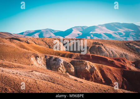 Montagnes de couleur sous le ciel bleu. Red Hills de Kyzyl-Chin, l'Altaï. Paysage martien. Red canyon. Banque D'Images