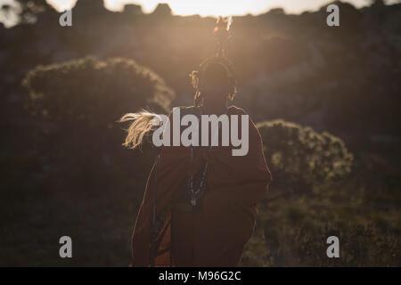 L'homme en costume traditionnel massaï debout avec stick