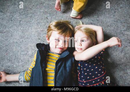 Frère et Sœur pose les uns à côté des autres Banque D'Images
