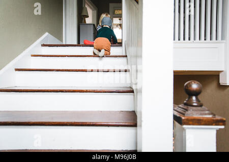 Baby crawling up the stairs Banque D'Images