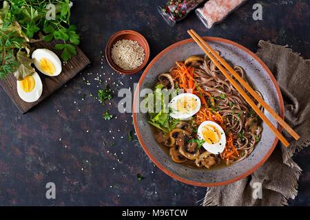 Le miso nouilles ramen japonais avec des oeufs, la carotte et les champignons. La nourriture délicieuse soupe. Mise à plat. Vue d'en haut Banque D'Images
