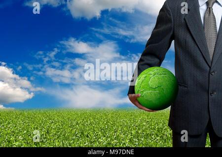 Businessman holding a terre verte, le concept de responsabilité sociale des entreprises Banque D'Images
