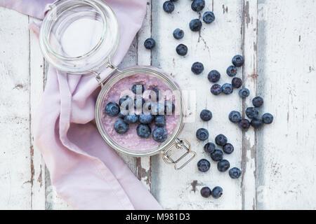 Du jour au lendemain de l'avoine avec des bleuets dans les jar