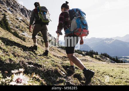 Autriche, Tyrol, jeune couple randonnées en montagne Banque D'Images
