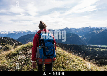 Autriche, Tyrol, jeune femme en randonnée dans les montagnes Banque D'Images