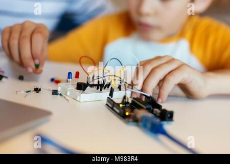 Le père et le fils de l'assemblage d'un kit de construction électronique Banque D'Images