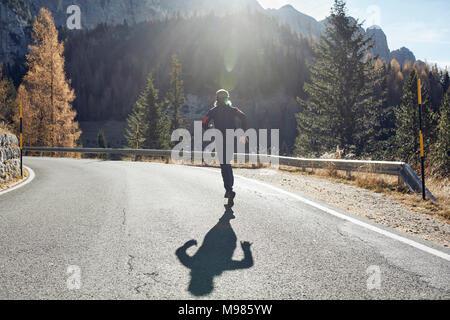 Homme qui court sur le chemin Mountain Banque D'Images