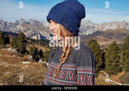 Portrait of happy young woman hiking dans les montagnes Banque D'Images
