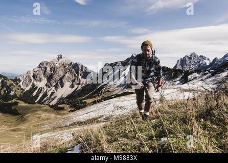 Autriche, Tyrol, jeune homme randonnée en montagne Banque D'Images
