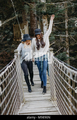 Deux professionnels des jeunes femmes marchant sur un ensemble de suspension Banque D'Images