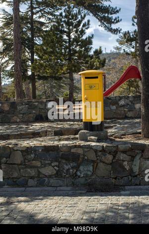 Nouveau style de boîte aux lettres jaune près de la place de Troodos dans le district de Limassol, Chypre, l'Europe méditerranéenne Banque D'Images