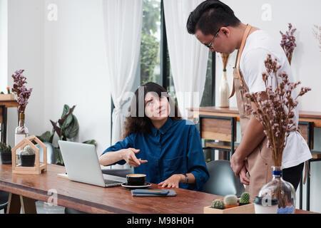 Femme asiatique le client se plaint d'autres au sujet de la nourriture dans un café restaurant,service de l'émotion malheureuse in coffee shop Banque D'Images