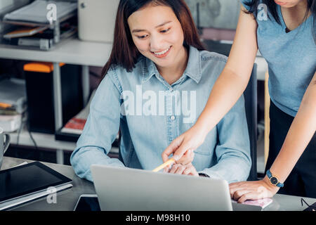 Deux collègues femme asiatique rencontre de causalité au bureau à domicile. discuter sur les panneaux à l'ordinateur portable,business d'équipe, travailler ensemble mate consulting