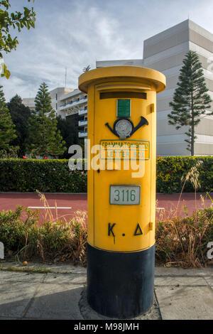 Nouveau style post box avec bugle à la périphérie de Limassol, Limassol district, Chypre, île de la Méditerranée, Europe Banque D'Images