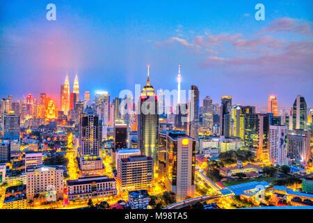 Kuala Lumpur, Malaisie. Night skyline vue aérienne. Banque D'Images
